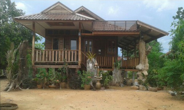 small-wood-raised-up-house-in-countryside-review-32