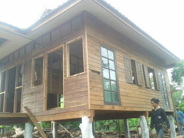small-wood-raised-up-house-in-countryside-review-9