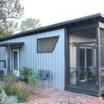 ไอเดียบ้านพักชั่วคราว โครงสร้างเหล็ก ตกแต่งด้วยเมทัลชีท เหมาะกับไอเดียบ้านสวน หรือบ้านในป่า
