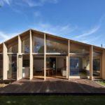 บ้านคอทเทจสมัยใหม่ โดดเด่นในรูปทรง วัสดุตกแต่งด้วยไม้และกระจก กับบรรยากาศร่มรื่นแบบบ้านตากอากาศ