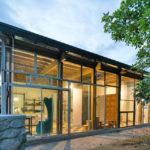 บ้านโมเดิร์น ดีไซน์โปร่งโล่ง สวนเฉียบ ด้วยงานเหล็ก ไม้ กระจก