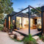 บ้านสวนสไตล์โมเดิร์น จัดสวนร่มรื่นรอบบ้าน ตกแต่งด้วยงานเหล็ก ออกแบบให้มีความโปร่งโล่ง น่าอยู่