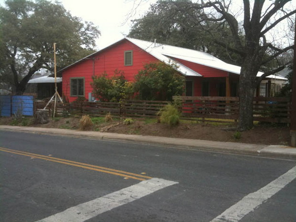 1-storey-red-country-modern-house-10