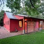 บ้านชั้นเดียวสีแดง สไตล์คันทรี่ – โมเดิร์น ผสานงานไม้อ่อนโยน เข้ากับดีไซน์เฉียบขาด ทันสมัย