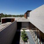 บ้านตากอากาศสไตล์โมเดิร์น งานโชว์โครงสร้างคอนกรีต พร้อมพื้นที่พักผ่อนกลางแจ้ง