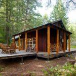 บ้านกระท่อมกลางป่า สไตล์รัสติค สร้างด้วยไม้ พร้อมเฉลียงพักผ่อนที่อิงแอบกับธรรมชาติ