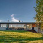 บ้านโมเดิร์นวิลล่า ท่ามกลางเนินเขา ปูนเปลือยและงานไม้ตกแต่งสวยงาม พร้อมสระว่ายน้ำขนาดเล็กๆ ริมตัวบ้าน