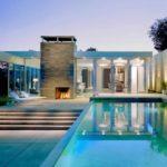 บ้านหลังใหญ่ ตกแต่งแบบบ้านวิลล่า พร้อมสระว่ายน้ำ ท่ามกลางเนินเขา