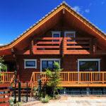 แบบบ้านไม้สองชั้น ฟังก์ชั่นจัดเต็ม สวยแบบดั้งเดิมด้วยไม้ซุง อบอุ่นละมุนละไมในสไตล์คันทรี่