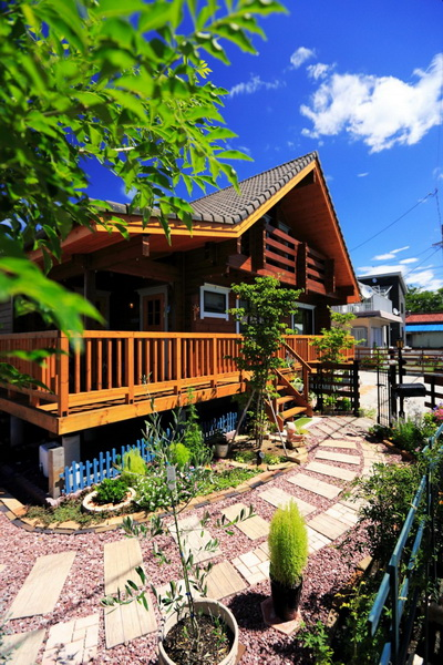 2-storey-traditional-country-log-cabin-house3