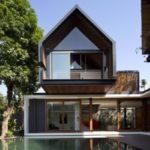 บ้านวิลล่า สไตล์โมเดิร์นรูปทรงกล่อง โดดเด่นในงานออกแบบ มาพร้อมสระว่ายน้ำ และพื้นที่โล่งกลางบ้าน