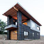 บ้านสองชั้นหลังเล็กๆ ออกแบบในสไตล์โมเดิร์น โทนสีทันสมัย ตกแต่งภายในแบบง่ายๆ ให้อารมณ์ดิบๆ