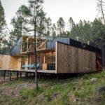 บ้านสวนสไตล์โมเดิร์น โครงสร้างเหล็ก ตกแต่งด้วยงานไม้ ท่ามกลางบรรยากาศบนเนินเขา