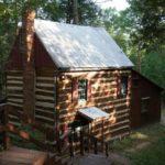 บ้านกระท่อมสไตล์รัสติด ออกแบบด้วยไม้และคอนกรีต ภายในตกแต่งอบอุ่น 2 ห้องนอน 1 ห้องน้ำ