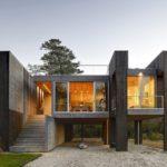 บ้านปูนเปลือย ยกใต้ถุนสูง ออกแบบเข้ากับบรรยากาศแบบบ้านตากอากาศ