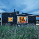 บ้านไม้สไตล์เคบิน 1 ห้องนอนในชั้นลอย ท่ามกลางทุ่งหญ้า บรรยากาศแบบชนบท