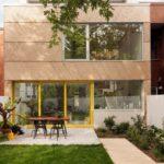 บ้านสตูดิโอ บนพื้นที่จำกัด ออกแบบสไตล์โมเดิร์น พร้อมลานกิจกรรมและสนามหญ้าหน้าบ้าน