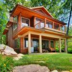 บ้านสองชั้นสไตล์ร่วมสมัย ดีไซน์รูปทรงสวยงาม วัสดุจากไม้ พร้อมบรรยากาศบนเนินเขา ริมแม่น้ำ