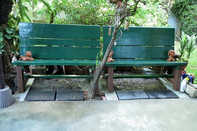 concrete-bench-in-garden-diy-55