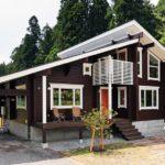 บ้านไม้โทนสีเข้มสุดเนี้ยบ หลังคาลาดเอียงมีสไตล์ ภายในอบอุ่นแบบคันทรี่ดั้งเดิม