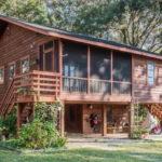 บ้านไม้หน้าจั่วทรงใต้ถุน บรรยากาศบ้านสวนชนบท อบอุ่นไปกับธรรมชาติที่รายล้อม