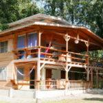 บ้านไม้กึ่งปูนแนวคันทรี่ มีระเบียงทั้งชั้นบนและล่าง โปรงโล่งและเรียบง่าย ใช้ชีวิตติดธรรมชาติ