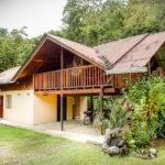 บ้านชั้นครึ่งดีไซน์ดั้งเดิม โครงสร้างกึ่งไม้กึ่งปูน  บรรยากาศในสวน ชวนพักผ่อน