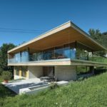 บ้านตากอากาศสไตล์โมเดิร์น ดีไซน์กล่อง ตกแต่งด้วยกระจก มีความโปร่งโล่ง ร่วมกับธรรมชาติ