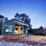 บ้านตากอากาศ โครงสร้างเหล็ก ตกแต่งด้วยกระจก ไอเดียเบื้องต้นปรับใช้ตกแต่งบ้านสวน ใต้ร่มเงาไม้