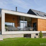 บ้านตากอากาศ ยกพื้นสูง ออกแบบในสไตล์โมเดิร์น ตกแต่งด้วยคอนกรีต ไม้ หินทราย และกระจก