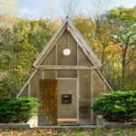 บ้านตากอากาศ รูปทรงโดดเด่น วัสดุจากปูนเปลือย กระจก ไม้ อัดแน่นไอเดียท่ามกลางสวนป่าร่มรื่น