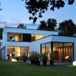 บ้านหลังใหญ่ สไตล์โมเดิร์น รูปทรงกล่อง โดดเด่นกับโทนสีขาว ตกแต่งด้วยกระจก สะท้อนรสนิยมสมัยใหม่