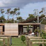 บ้านไม้เคบิน ออกแบบโดดเด่นด้วยทรงหลังคา ท่ามกลางเนินเขา สุดยอดบรรยากาศแบบบ้านตากอากาศ