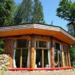 บ้านกระท่อมท้ายสวน ใช้วัสดุจากคอนกรีต ไม้ และขวดแก้ว ตกแต่งภายในสวยงามแบบลอฟท์ พร้อมการใช้ชีวิตแบบสันโดษ