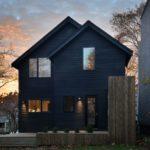 บ้านสองชั้นสไตล์มินิมอล โทนสีดำ พร้อมสนามหญ้าและเฉลียงริมสวน รองรับการใช้ชีวิตที่เรียบง่าย