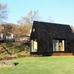 บ้านไม้โทนสีดำ ตกแต่งภายในด้วยงานไม้บิวท์อิน ไอเดียที่เหมาะกับบ้านสวน บ้านตากอากาศ รีสอร์ท