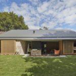 บ้านคอทเทจสมัยใหม่ ออกแบบหน้ากว้าง ตกแต่งด้วยวัสดุธรรมชาติ พร้อมสนามหญ้าโล่งกว้างรอบบ้าน