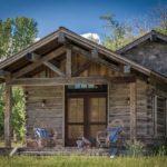 บ้านกระท่อมไม้เก่า สไตล์ริสติค ขนาดเล็ก 1 ห้องนอน พร้อมชั้นลอย ท่ามกลางสวนป่าร่มรื่น