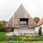 บ้านไม้ชั้นเดียว สไตล์ร่วมสมัย โดดเด่นด้วยงานโชว์โครงสร้างภายใน พร้อมการตกแต่งแบบลอฟท์ผสมมินิมอล
