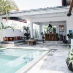 บ้านร่วมสมัย พร้อมสระว่ายน้ำขนาดเล็กๆ ตกแต่งด้วยธรรมชาติรอบบ้าน รองรับการใช้ชีวิตแบบทันสมัย