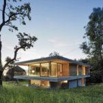 บ้านโมเดิร์นปูนเปลือย ออกแบบท่ามกลางเนินเขา อัดแน่นด้วยธรรมชาติ สร้างเป็นบ้านตากอากาศ ที่รองรับครอบครัวใหญ่