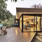 บ้านตากอากาศสไตล์วิลล่า รูปทรงและวัสดุทันสมัย ร่มรื่นกับการพักผ่อนที่อิงแอบธรรมชาติ