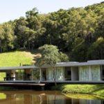 บ้านริมน้ำ สไตล์ลอฟท์ ออกแบบในแนวราบไปกับธรรมชาติ วัสดุจากปูนเปลือย สะท้อนการใช้ชีวิตที่ทันสมัย