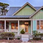 บ้านไม้ชั้นเดียวโทนสีมิ้นต์ มาพร้อมระเบียงพักผ่อนและห้องใต้หลังคา ตกแต่งในรูปแบบวินเทจสุดน่ารัก