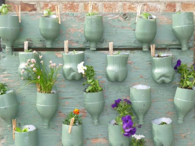 landscaping-diy-idea-wall-flower-pots-plastic-bottles