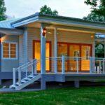 แบบบ้านยกพื้นสไตล์โมเดิร์น เข้ากับบรรยากาศสวนสวย มาพร้อมเฉลียงไว้พักผ่อนสังสรรค์