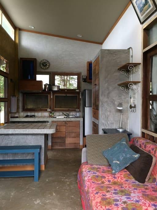 1 storey raw concrete retreat house (13)