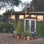 บ้านกระท่อมรัสติด ออกแบบด้วยไม้และการตกแต่งด้วยขวดแก้ว รองรับการใช้งานแบบบ้านสวน ให้อารมณ์อบอุ่นแบบครอบครัวขนาดเล็ก