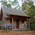 บ้านกระท่อมสไตล์รัสติค ตกแต่งด้วยงานไม้ทั้งหลัง 1 ห้องนอนภายใน พร้อมชั้นลอย