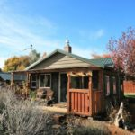 บ้านกระท่อมสไตล์รัสติค ตกแต่งด้วยงานไม้ทั้งหลัง 1 ห้องนอน 1 ห้องน้ำภายใน พร้อมบรรยากาศแบบบ้านสวน